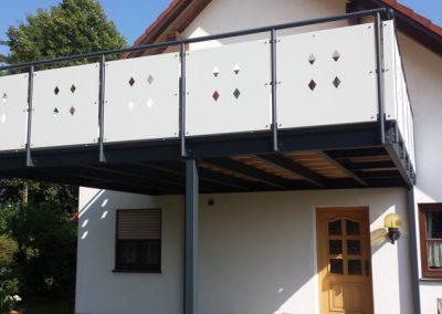 Anbaubalkon Pulverbeschichtet - Geländerfüllung mit Zierausschnitten - zweifarbig
