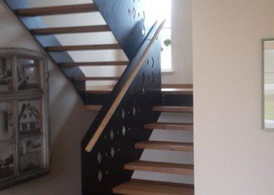 Wangentreppe integriert in Geländerhöhe mit Holzstufen + Holzhandlauf