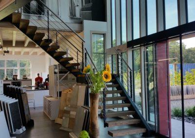 Einseitge Holmtreppe mit Holzstufen und beidseitigem Geländer