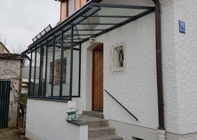 Eingangsüberdachung Pulverbeschichtet mit 2 Seitenwänden und Verglasung in Echtglas
