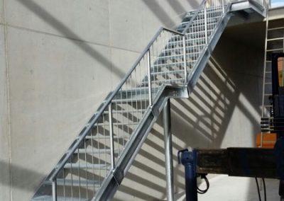 Verzinkte Treppe mit Gitterroststufen und einseitigem Geländer