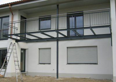 Balkon am Haus integriert - Geländer Pulverbeschichtet - Handlauf Edelstahl