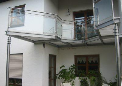 Edelstahlbalkon eckig im Hauseck integriert. Seitlich wird das Haus noch erweitert nach dem Balkonanbau.