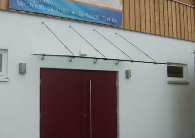 Eingangsüberdachung Edelstahl abgehängt mit Zugstreben